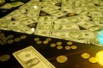 banknoty i monety leżące na stronie