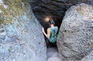 kobieta w jaskini z czołówką